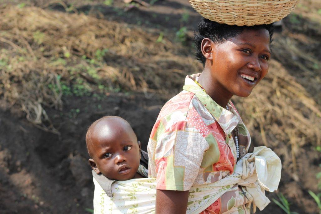 Una mujer ugandesa con su hijo pequeño